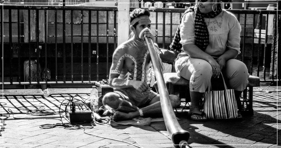 Jeunes aborigènes dans une rue de Sydney en Australie