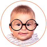 Adorable bébé à lunettes qui tire la langue