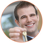 Agent immobilier souriant présentant un jeu de clés