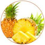 Photo de 2 ananas dont 1 est coupé avec présentation de 2 tranches