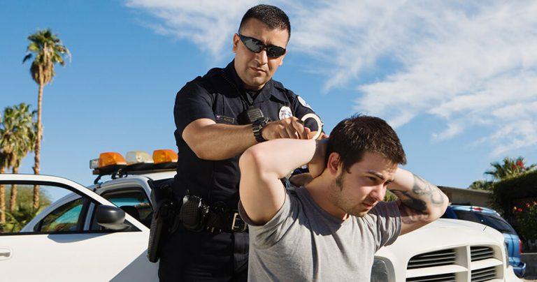 Arrestation avec menottes d'un homme par un officier de police
