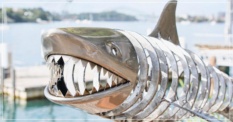 Art de rue : requin en métal