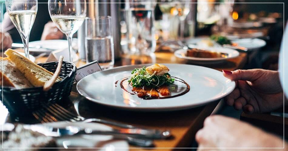 Cliente et son plat, à la table d'un restaurant