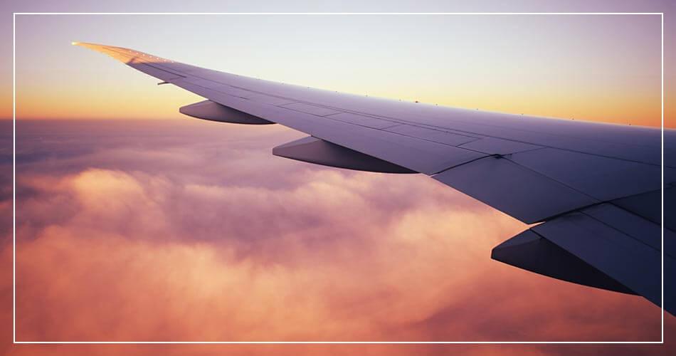 Aile d'un avion dans les airs