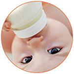 Gros plan sur le visage d'un bébé qui boit son biberon