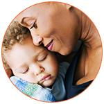 Une mère et son bébé qui font un tendre câlin
