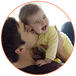 Un père et son bébé qui font un joyeux câlin