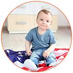Un adorable bébé sur un drapeau américain
