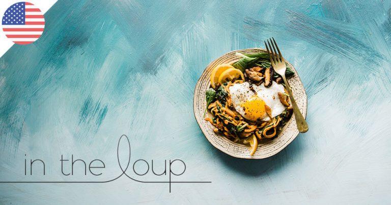 Photo concept : Spécialité à base d'oeuf dans une belle assiette sur un fond de peinture bleue
