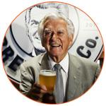 Bob Hawke un verre de bière à la main