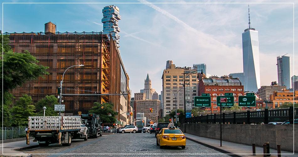Route à Brooklyn avec One World Trade Center en fond.