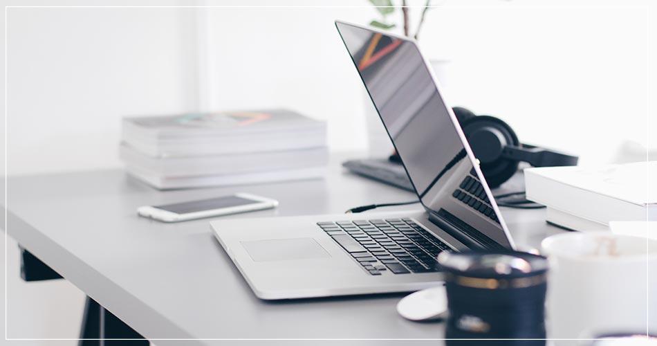 Bureau moderne avec ordinateur portable et casque