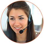 Opératice téléphonique souriante dans un call center