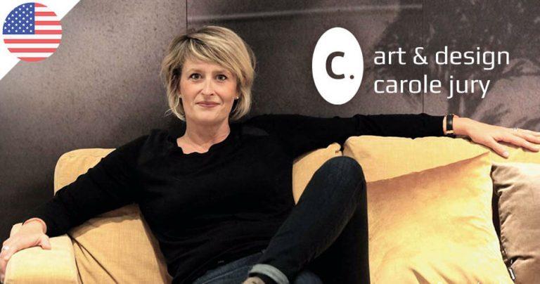 Photo de Carole Jury, expatriée et peintre française aux USA, assise dans son canapé.