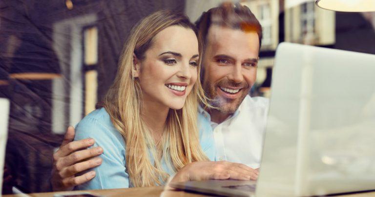 Séance de shopping sur Internet avec Cashback pour un couple