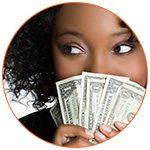 Jolie jeune femme derrière une liasse de billets de banque
