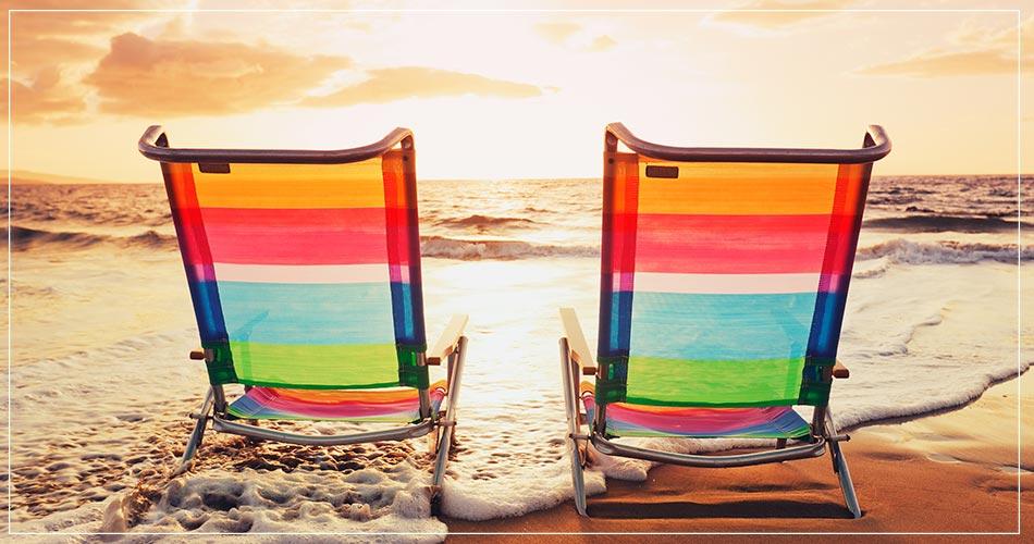 Chaises longues colorées au bord de la plage