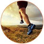 Gros plan sur les jambes et chaussures d'un sportif dans la nature