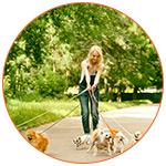 Jeune femme qui pratique le Pet Sitting avec des chiens