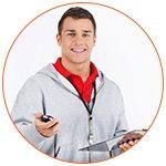 Jeune coach sportif souriant avec son chronomètre - French Radar