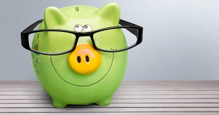 Cochon vert souriant avec des lunettes pour illustrer le financement des études à l'étranger