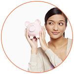 Jeune femme asiatique et une tirelire cochon rose