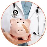 Cochon rose tirelire avec pansement dans la main d'un docteur