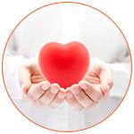 Coeur rouge présenté à l'intérieur des mains pour symboliser la santé