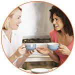 2 amies qui boivent une tasse de thé