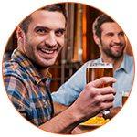 Amis qui boivent une bière