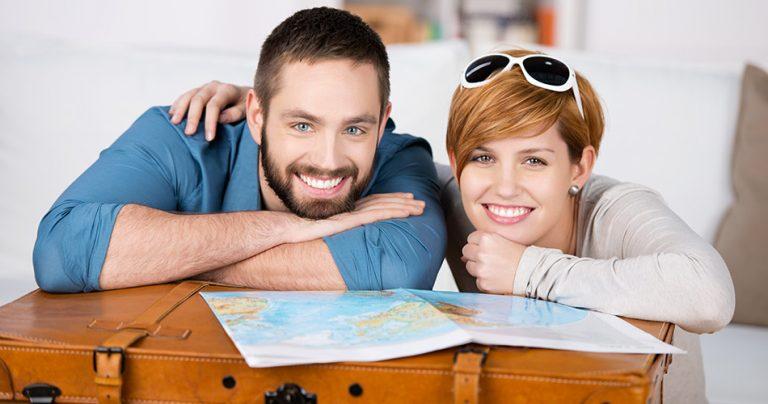 Couple prêt pour essayer le couchsurfing