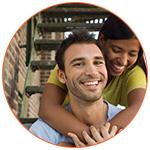 Jeune couple d'amoureux souriant dans les escaliers