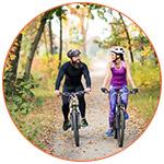 Couple de cyclistes en VTT dans la forêt
