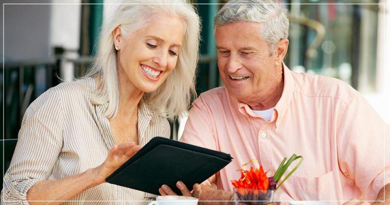 Couple souriant de retraités expatriés