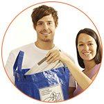 Couple souriant sélectionnant des sacs en plastiques