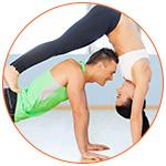 Un couple de sportifs pratiquant des exercices à 2