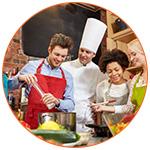 Groupe d'adultes lors d'un cours de cuisine avec un chef