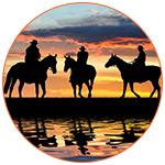 Une coucher de soleil avec des cowboys sur leurs cheveaux