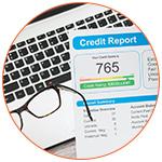 Credit Report et lunette devant un ordinateur portable