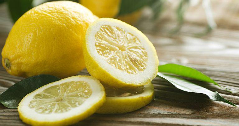 2 citrons jaunes dont 1 tranché