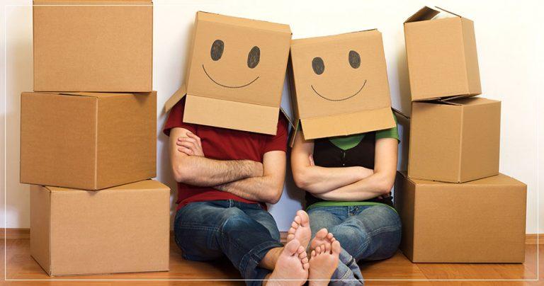 Couple avec cartons lors d'un déménagement à l'étranger