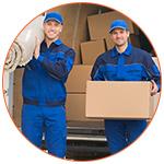 Deux déménageurs souriants au travail