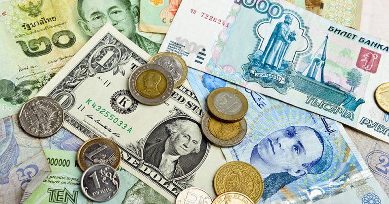 Plusieurs devises étrangères en gros plan