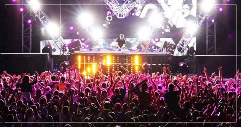 Photo d'un festival avec un DJ star et son public