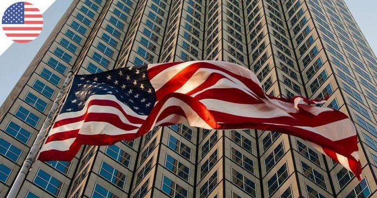 Drapeau américain flottant devant un immeuble de bureaux moderne