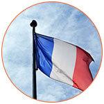 Le drapeau de la France sur fond de ciel bleu