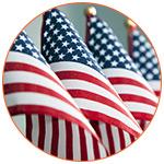 Gros plan sur quatre drapeaux américain miniatures