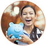 Jeune femme asiatique souriante avec un cochon bleu dans les mains