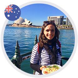 Elodie souriante à Sydney (Australie), devant l'opéra