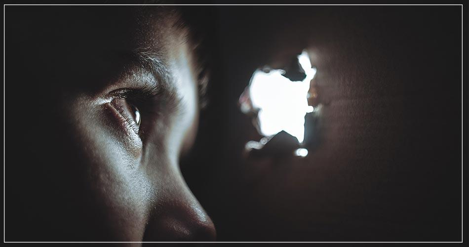 Un enfant qui a peur dans sa cachette